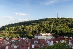 Gammal byggnader och Petrin kulle i Prague Royaltyfri Foto