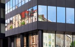 Gammal byggnadsarkitektur reflekterad i modern byggnad Royaltyfri Bild