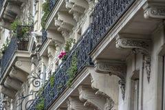 Gammal byggnadsfasad i Paris Arkivfoto