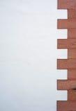 Gammal byggnadsvägg med modellen Arkivbild