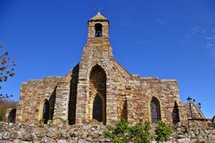 Gammal bykyrka på den heliga ön Arkivbild