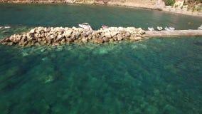 Gammal byport/brygga med fiskarefartyg och stenar, Kreta, Grekland lager videofilmer