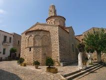 Gammal byzantine ortodox kyrka i en grekisk by royaltyfri bild