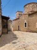 Gammal byzantine ortodox kyrka i en grekisk by royaltyfria bilder