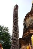 Gammal Caduceus som snider på den buddistiska templet Arkivfoto