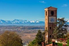 Gammal campanile och höstlig landskapsikt i Italien Arkivfoton