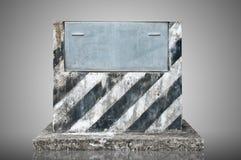 Gammal cementpodium och metallplatta Royaltyfria Bilder