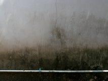 Gammal cementvägg med mossa Fotografering för Bildbyråer