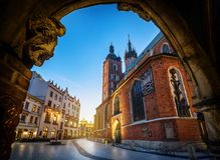 Gammal centrumsikt med basilikan för St Mary ` s i Krakow, Polen Arkivbilder