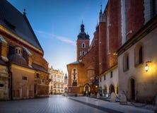 Gammal centrumsikt med basilikan för St Mary ` s i Krakow, Polen Arkivfoton