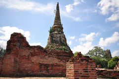 gammal chedi (pagoda) i Thailand   Royaltyfria Bilder