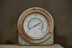 Gammal cirkeltermometer. Fotografering för Bildbyråer
