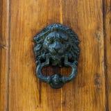 Gammal Clapper på trägammal dörr arkivfoton