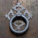 Gammal Clapper på trägammal dörr arkivbild