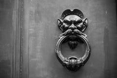 Gammal Clapper på trägammal dörr royaltyfri fotografi