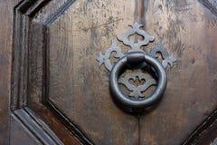 Gammal Clapper på trägammal dörr royaltyfri bild