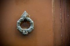 Gammal Clapper på trägammal dörr arkivbilder