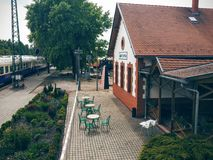 Gammal coffee shop på en drevstation arkivbild
