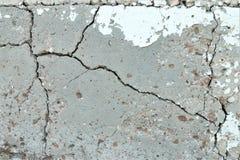 Gammal craced grå cementvägg arkivfoton