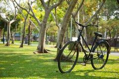 Gammal cykel i parkera. Arkivfoto