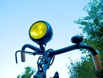 Gammal cykel i sommartiden Arkivfoton
