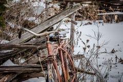 Gammal cykel i vintersnö Royaltyfri Bild