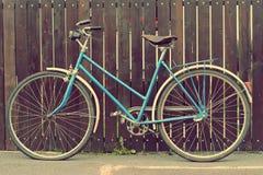 Gammal cykel med en retro effekt Arkivfoto