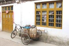 Gammal cykel med en släp i den gamla staden Daxu nära Guilin i Kina Royaltyfri Bild