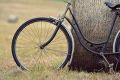 Gammal cykel med höbalen med retro effekt Arkivbild