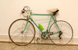 Gammal cykel mot Royaltyfria Foton