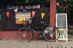 Gammal cykel nära kafét i Chiang Mai City Royaltyfri Bild