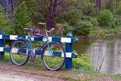 Gammal cykel nära staketet på kusten av behållaren royaltyfri bild