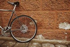 Gammal cykel på gatan Arkivfoto