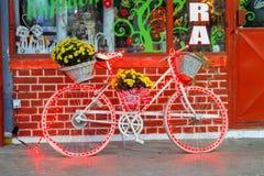 Gammal cykel som dekoreras med julljus och blommor fotografering för bildbyråer