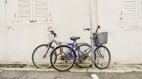 Gammal cykel som låsas på gatan Arkivfoton