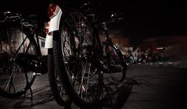 Gammal cykel tre på gården på natten Arkivfoto