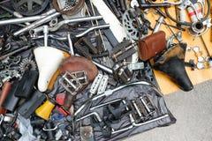 Gammal cykelreservdelar och tillbehör i hög Fotografering för Bildbyråer