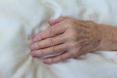 Gammal dö person för benig hand royaltyfri foto