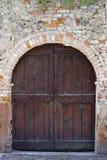 Gammal dörröppning i Barolo, Italien royaltyfria bilder