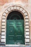 Gammal dörröppning i Rome, Italien royaltyfri foto