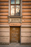 Gammal dörröppning med kolonner Riga Royaltyfri Foto