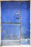 Gammal dörr av blått trä som delas in i tre delar och med låset in Arkivbilder