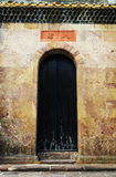 Gammal dörr av den kinesiska boningshuset med den traditionella design och modellen i orientalisk stil i Kina arkivbilder