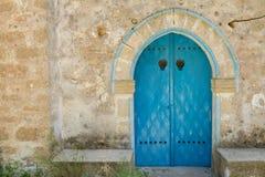 Gammal dörr av den Panagia Kantariotissa kyrkan i Cypern Arkivbild
