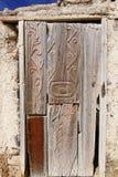 Gammal dörr av det övergav huset Royaltyfri Fotografi