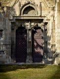 Gammal dörr av en kyrka Arkivbilder