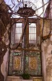 Gammal dörr av krogen Istanbul, mars 2019 royaltyfri bild
