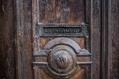 Gammal dörr - brevlåda för bokstäver och tidningar, Ryssland arkivfoto