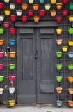 gammal dörr dekorativa blommakrukar Gatagarneringar Royaltyfri Foto