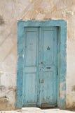 Gammal dörr för blått Royaltyfria Bilder